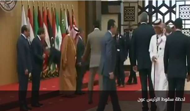 بالفيديو: تعثر الرئيس عون في القمة العربية من دون أن يصاب بأذى