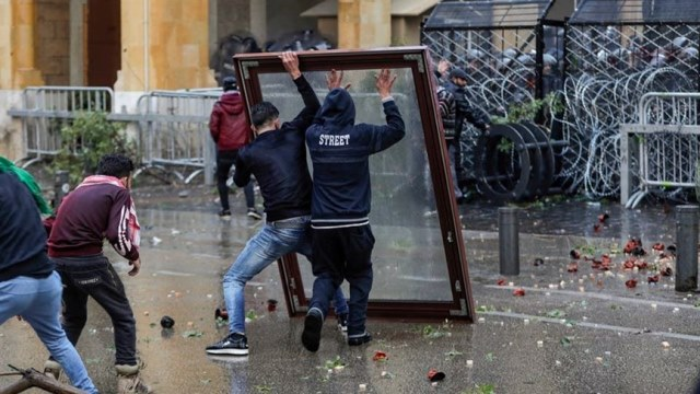 مئات الجرحى في المواجهات العنيفة بين المتظاهرين والقوى الامنية بوسط بيروت امس