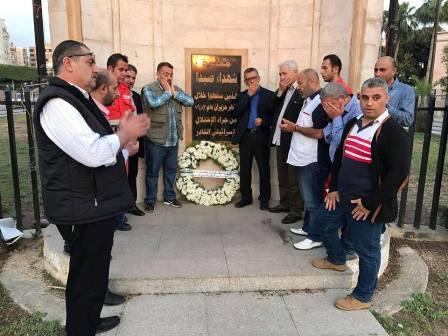 في يوم شهيد التنظيم الشعبي الناصري وفد قيادي من التنظيم يضع اكليلا من الزهر على نصب شهداء صيدا