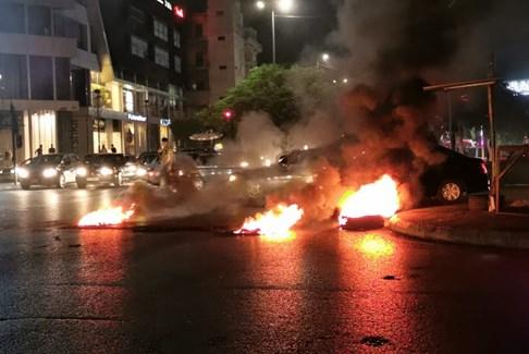 محتجون في ساحة إيليا في صيدا يشعلون الإطارات المطاطية وسط ساحة