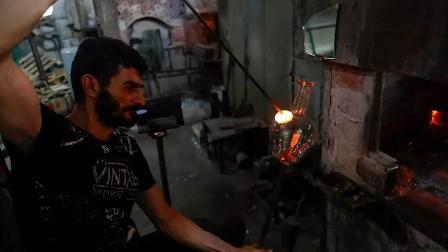 لبنانيون يحوّلون زجاج بيروت المحطّم جراء الانفجار إلى أباريق وأوعية