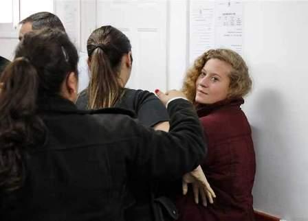 شرطة الاحتلال تعتقل والد عهد التميمي أثناء حضور جلسة محاكمتها