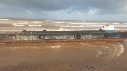الرياح القوية تقذف بباخرة من مرفأ طرابلس إلى شاطئ القليعات
