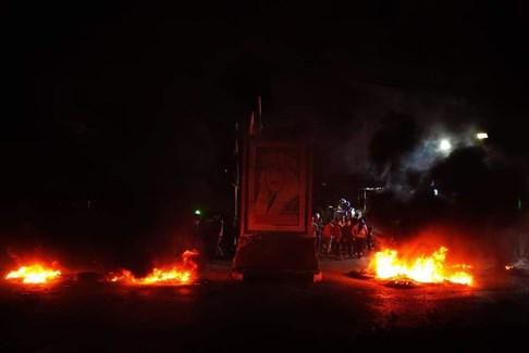 محتجون قطعوا الأوتوستراد عند دوار كفررمان بالإطارات المشتعلة والطريق عند تمثال الصباح بالعوائق الحديدية
