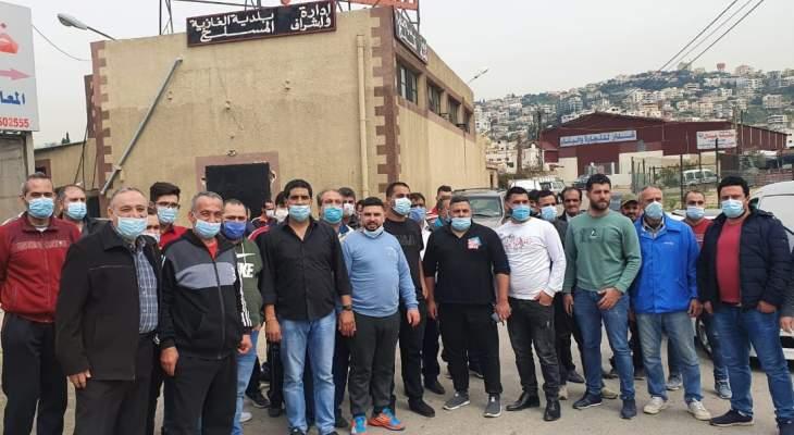 اعتصام للقصابين أمام مسلخ الغازية احتجاجا على وقف بيع اللحم المدعوم