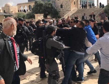 مئات المستوطنين يقتحمون الأقصى بحماية شرطة الاحتلال (فيديو)