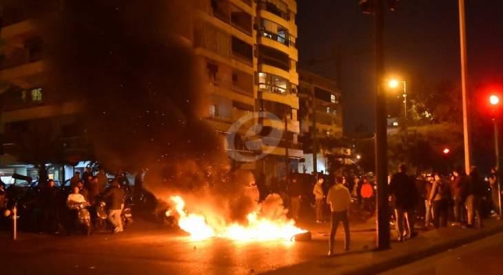 قطع السير على أوتوستراد انطلياس من قبل عدد من المحتجين