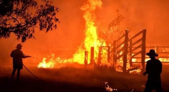 فرق الإطفاء في استراليا تسعى لاحتواء حرائق الغابات قبل موجة حارة