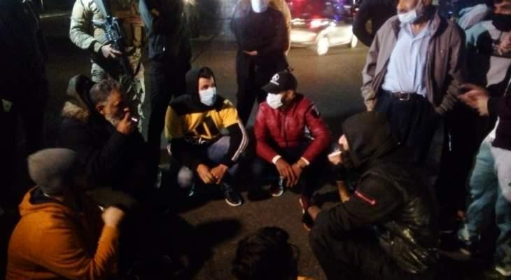 تجمع عدد من الناشطين عند تقاطع ايليا بصيدا رفضا لتردي الوضع الاقتصادي
