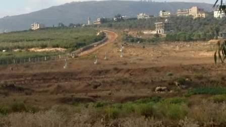 دورية  للعدو الاإسرائيلي  تمشط الطريق العسكري المحاذي للسياج الحدودي