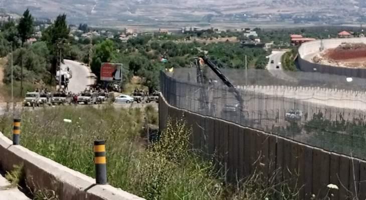 جيش  العدو الإسرائيلي يعمل على صيانة وتأهيل كاميرات المراقبة على الجدار العازل