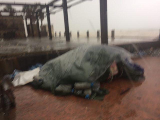 بالصور.. في عز العاصفة والبرد القارس رجل  مقعد ينام عند مدخل صيدا الشمالي ملتحفاً بالألم والمعاناة