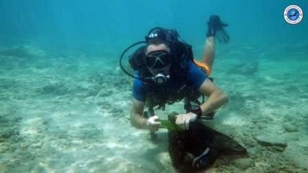 المركز اللبناني للغوص ينظف بحر صور ومحمية صور من النفايات