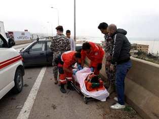 جريح بحادث سير اصطدم بالحاجز الوسطي لاوتوستراد الرميلة