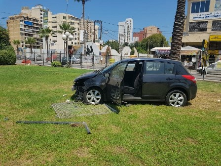 بالصور: سيارة تقتحم ساحة الشهداء في صيدا !!