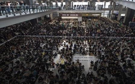 5 الاف متظاهر يقتحمون ثامن مطار في العالم.. ويوقفون حركة الملاحة الجوية!