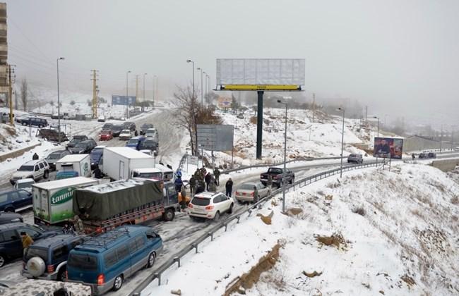 الثلوج لامست ال 600 متر في النبطية والأنهار فاضت والدفاع المدني يفتح الطرق