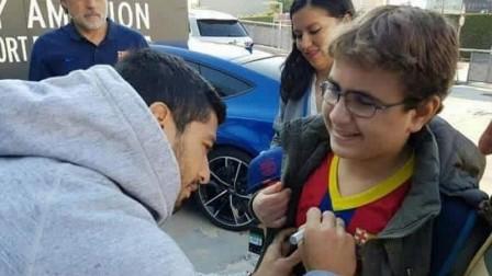 نجم برشلونة يحقق حلم طفل فلسطيني فقد بصره