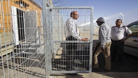 العدو الاسرائيلي يعزل الأسرى المضربين ويتهم البرغوثي باستغلالهم