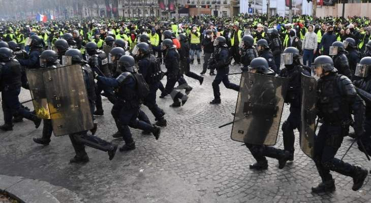 الشرطة الفرنسية تستخدم خراطيم المياه وقنابل الغاز لتفريق المتظاهرين وسط باريس