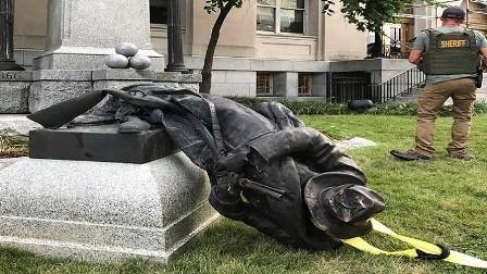 استقالات وتظاهرات وتحطيم تماثيل رفضا للتعصب والتطرف في أمريكا