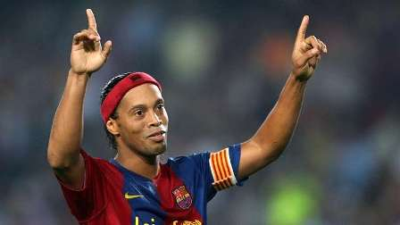 الساحر رونالدينيو قد يعوض ديمبيلي في برشلونة