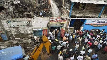 مصرع 12 شخصا في حريق وانهيار مبنى في مومباي