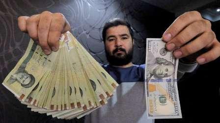 الريال الإيراني يهوي والسلطات تعتقل صرافين