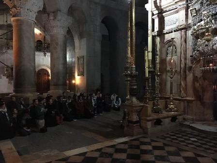 حشود المصلين يتدفقون وهم يبكون إلى كنيسة القيامة في القدس بعد إعادة فتحها