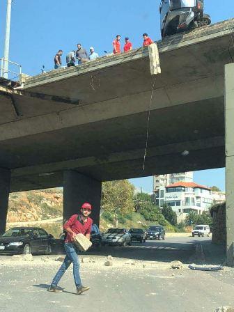 تدهور سيارة عند جسر البالما وتضرر سيارات اثر سقوط حجارة على الطريق البحرية