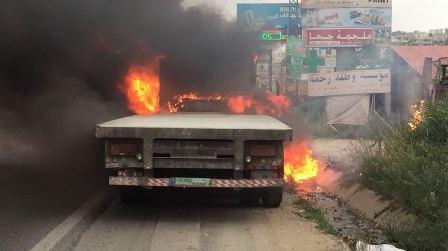اخماد حريق في شاحنة بمحاذاة المسلك الشرقي لأوتوستراد جبيل