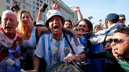 مشجع أرجنتيني يتوسل لمصري باستبدال قميص ميسي بقميص صلاح (فيديو)