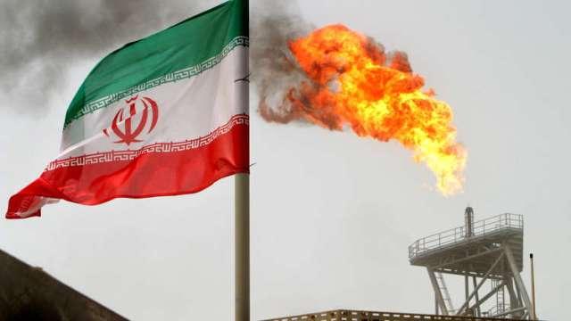 طهران تهدد الرياض بزيادة إنتاجها النفطي