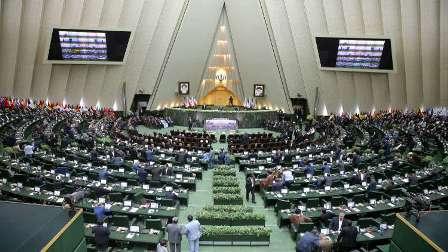 البرلمان الإيراني يطلب من روحاني الحضور لمساءلته