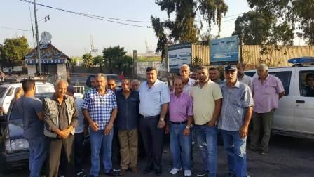 سائقو السيارات العمومية والباصات إعتصموا أمام مرفأ طرابلس