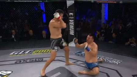 مقاتل يوجه ضربة عنيفة قاضية لمنافسه أفقدته السيطرة على قدميه (فيديو)