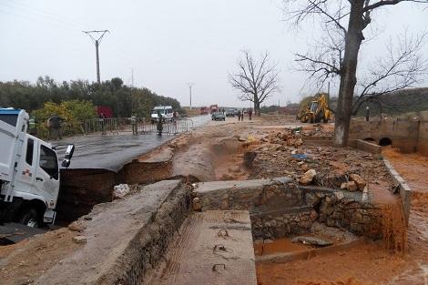 خسوف الطريق العام عند المطرية بين صيدا وصور أدى الى قطعه