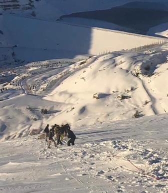 الدفاع المدني أنقذ مواطنا سقط في منحدر ثلجي في فاريا