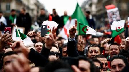 الاحتجاجات في الجزائر تفتح باب رزق للباعة المتجولين