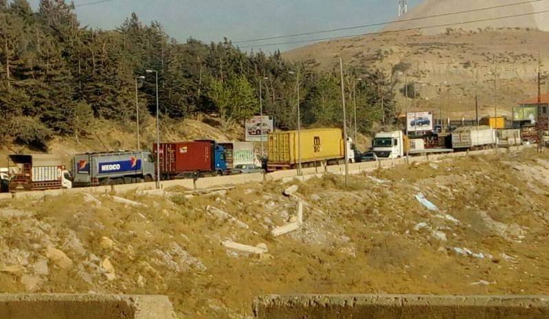 تدهور صهريج على طريق ضهر البيدر وتحويل السير باتجاه بيروت داخل بلدة بوارج