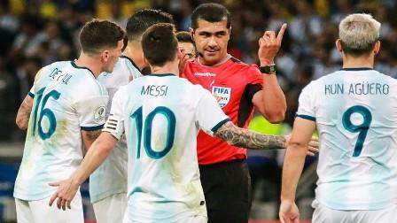 ميسي ينفجر منتقدا التحكيم.. فهل حرم الحكم منتخب الأرجنتين من ركلتي جزاء؟