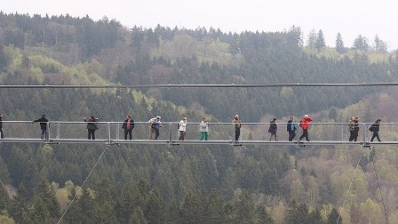 رياح عاتية تقذف بمراهقين من جسر معلق!
