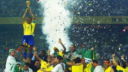 نجم المنتخب البرازيلي السابق يغرق في الديون ويخسر عقاراته