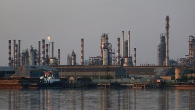 طهران تتوجس خطرا على منشآتها النفطية