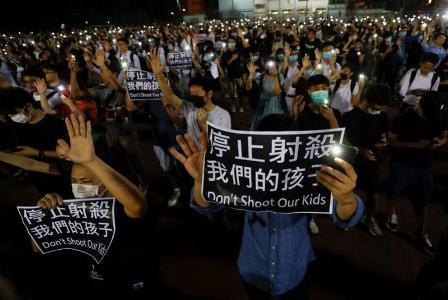 محتجو هونغ كونغ يتظاهرون في أنحاء المدينة والشرطة تدعو لحظر التجول