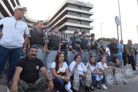 مجموعة من العسكريين المتقاعدين أقفلت خدمة الزبائن في TVA: لن نخلي الساحة اليوم