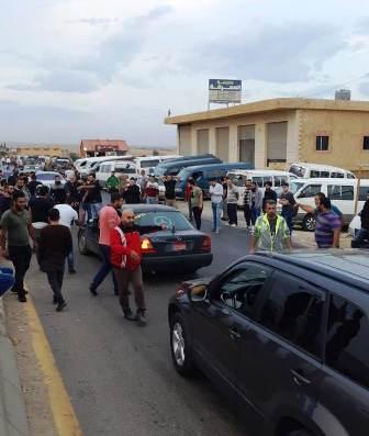 سائقو الفانات أعادوا فتح طريق بعلبك حمص في شعث