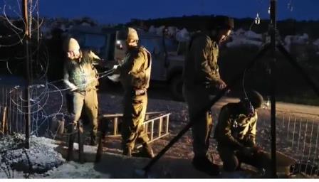 العدو يرمم الثغرة في السياج عند الحدود مع ميس الجبل