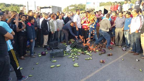 عكار: المزارعون يصعدون تحركاتهم ويقطعون الطريق الدولية