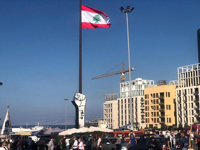 بالفيديو ... مسيرة  نحو مرفأ  بيروت لإضاءة شعلة 17 تشرين